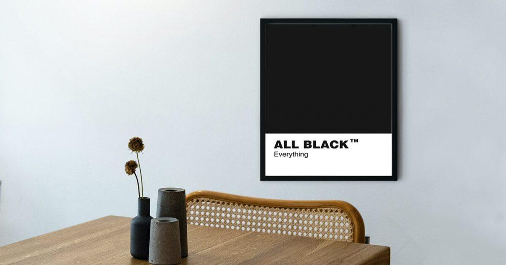 poster s natpisom na zidu u crnom okviru