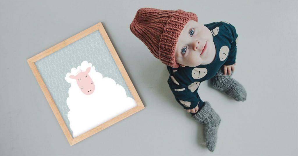 poster za djecu i lustracija ovce Melisse pored preslatke male bebe