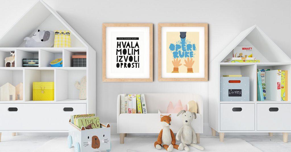 dva edukativna postera u drvenim okvirima na djecjem zidu