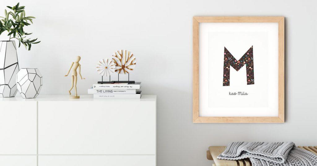 Personalizirani poster s cvjetnim uzorkom na zidu