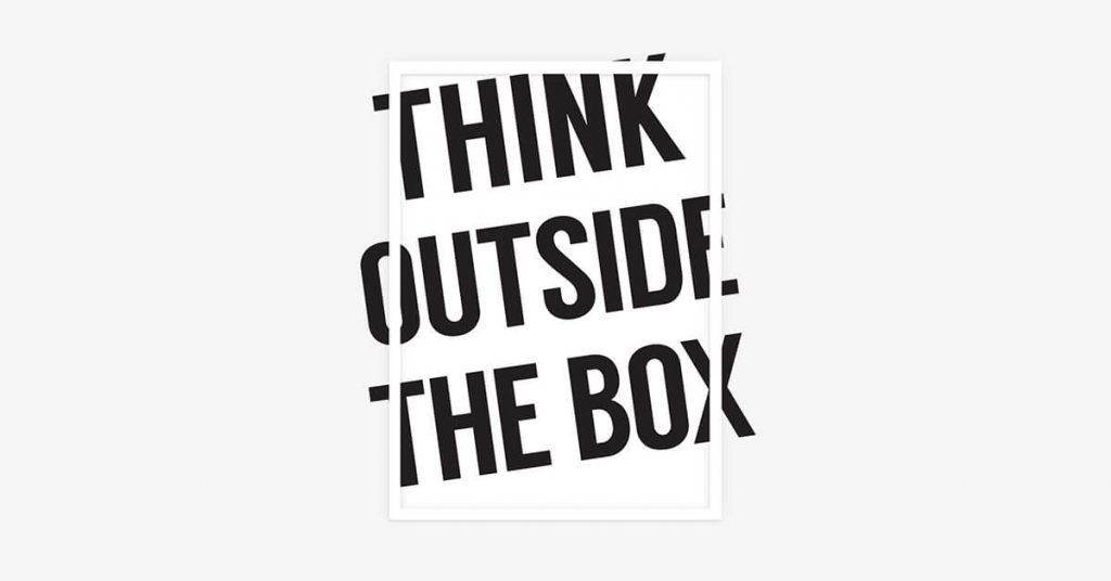 Think Outside The Box poster na zidu kojem slova izviru iz okvira