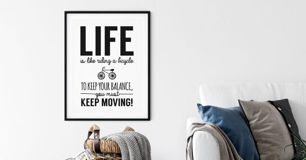 life poster uokviren na zidu dnevne sobe