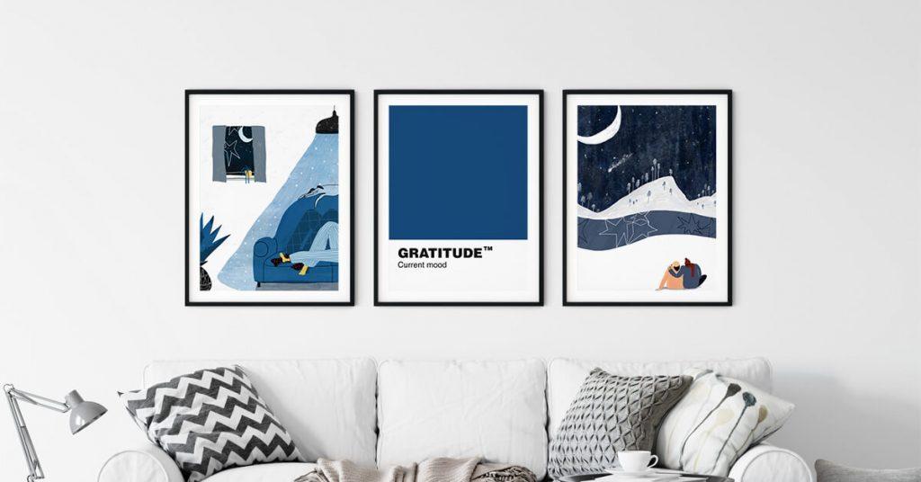 tri uokvirene ilustracije Hane Tinotr iznad kauča