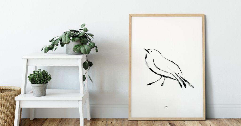 ptic ilustracija u drvenom okviru na zidu